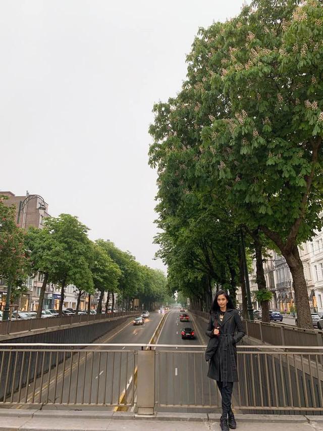 Trước đó, cô chỉ xuất hiện giản dị tại Paris với hình ảnh như đang đi du lịch.