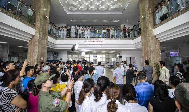 Thậm chí nhiều người hâm mộ còn kéo tới địa điểm quay phim để xem và gặp thần tượng