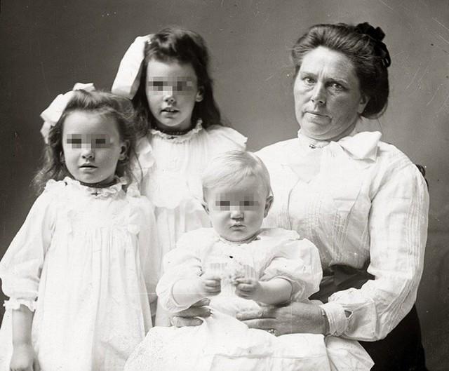 Góa phụ Belle Gunness cùng ba đứa con của mình.