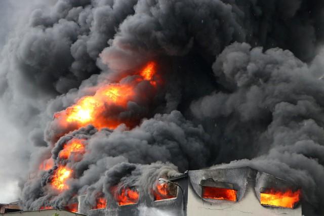 sau nhiều tiếng nổ lớn tại kho chứa các thùng hóa chất, lửa bùng cháy dữ dội