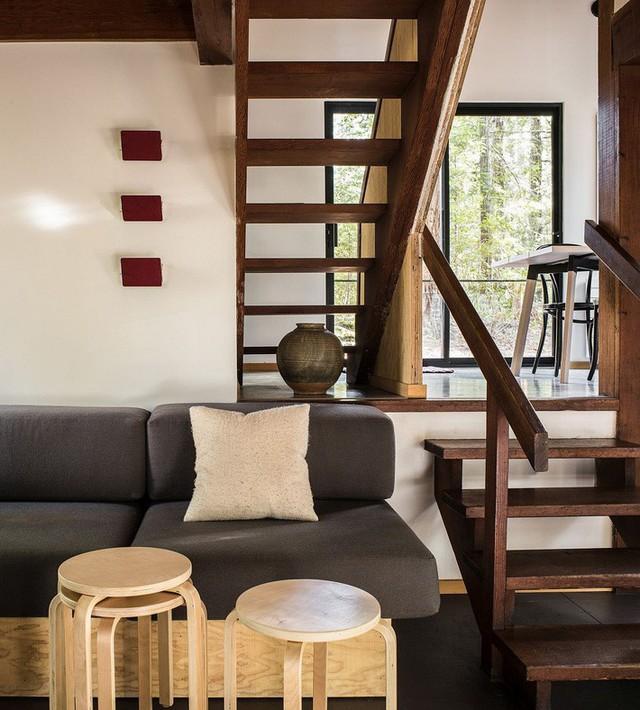 Phòng khách xinh đẹp của ngôi nhà cũng có đặt điểm chung là sử dụng chất liệu gỗ làm chủ đạo. Với sopha tối màu và các thiết kế ghế ngồi đơn giản.