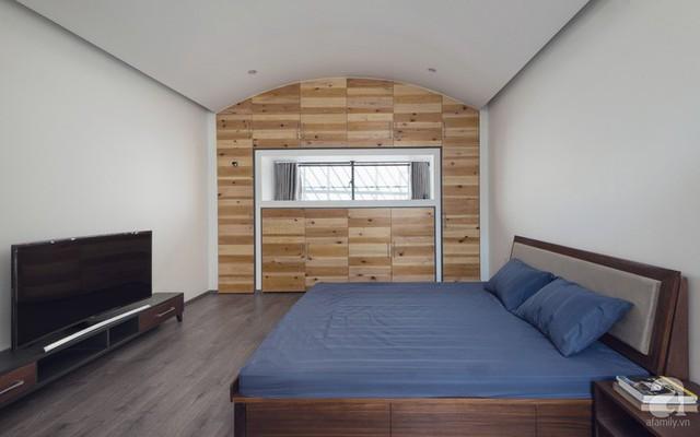 Phòng ngủ cũng được thiết kế gần gũi, đơn giản nhờ chất liệu gỗ.