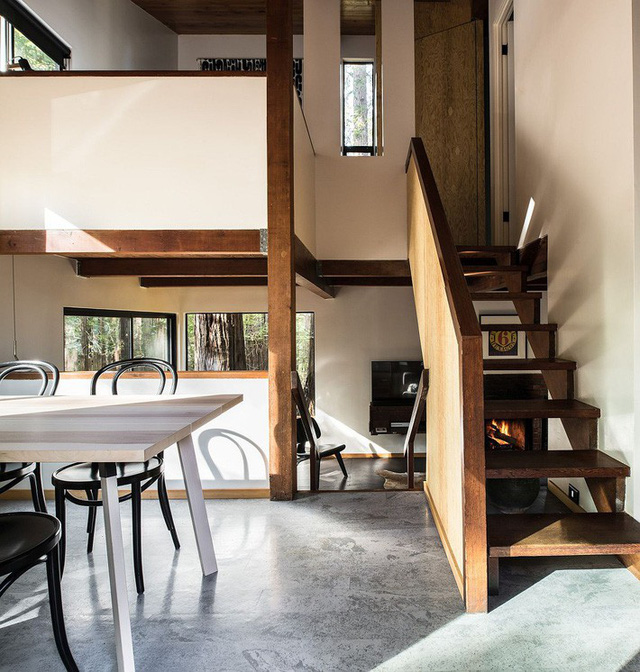Các không gian của ngôi nhà được ngăn cách bằng chiều cao của sàn thay vì các bức tường kín mít. Chính điều này tạo nên sự linh động khiến người xem cảm giác thích thú.