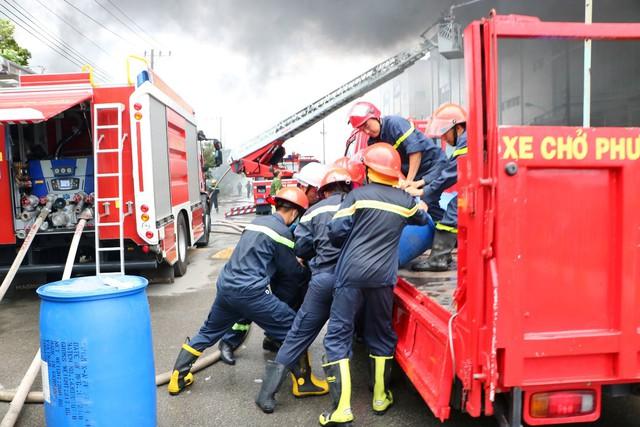 Hơn 200 cán bộ chến sĩ, hàng chục xe cứu hỏa của ba tỉnh thành tham gia cứu hộ suốt đêm