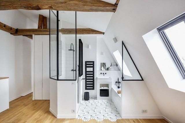Một phòng tắm gác mái màu trắng sang trọng với khung màu đen để thêm sự kịch tính và những thanh gỗ chống tràn ngập chắc chắn.