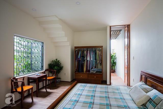 Góc nghỉ ngơi có khung cửa sổ đẹp như mơ, ngắm nhìn khoảng xanh trong dễ chịu bên ngoài.