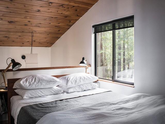 Một phòng ngủ ấm áp khác lại có thiết kế đối ngược hoàn toàn theo màu trắng phong cách và sáng sủa.