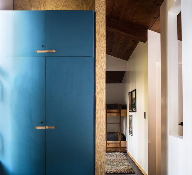 Một chiếc tủ màu xanh dương bắt mắt mang lại một cái nhìn sinh động hơn cho ngôi nhà.