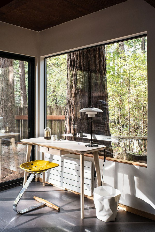 Với mẫu thiết kế bàn làm việc và ghế ngồi đơn giản đối ngược hẳn với khung cảnh bên ngoài.