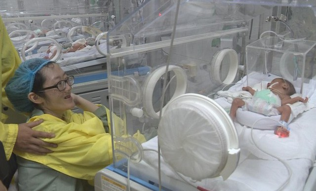 Hình ảnh lần gặp gỡ duy nhất giữa hai mẹ con bé Trần Gấu