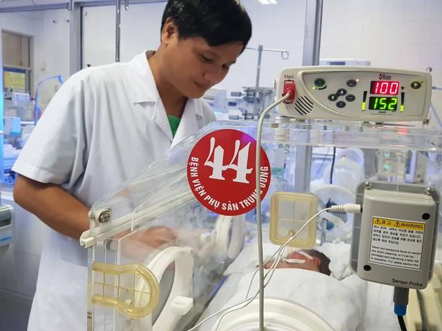 Hiện, bé Bình An đang được chăm sóc đặc biệt trong lồng kính của Trung tâm chăm sóc và điều trị trẻ sơ sinh - Bệnh viện Phụ sản Trung ương.
