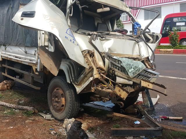 Tài xế và phụ xe bị thương nặng sau cú va chạm mạnh