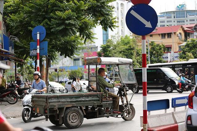 Bất chấp sự nguy hiểm tính mạng của người đi đường, những chiếc xe tự chế chở vật liệu xây dựng dài hàng chục mét vẫn vô tư hoạt động xuyên ngày, đêm trên các tuyến phố Hà Nội.