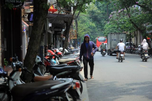 Người dân rảo bước giữa lòng đường với tâm trạng lo sợ mất an toàn giao thông.