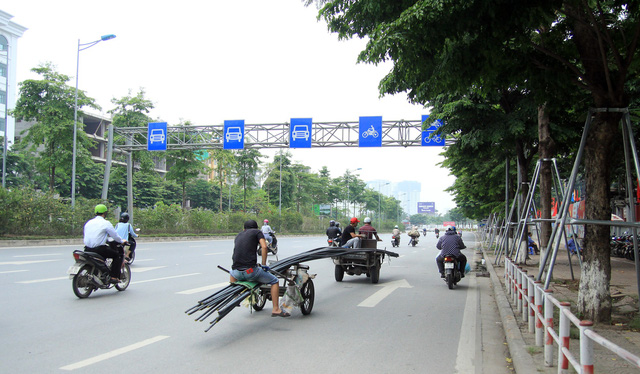 Theo ghi nhận của PV, ngày 23/4, trên phố Võ Chí Công (Hà Nội), chiếc xe nhiều bánh tự chế chở vây dựng có chiều dài hàng chục mét, khiến nhiều người tham gia giao thông phải né tránh.