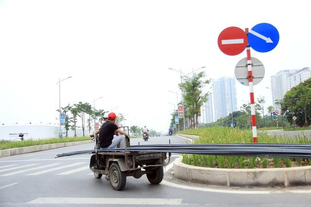 Chiếc xe ba bánh tự chế với kiểu dáng thô sơ, chở vật liệu xây dựng lưu thông trên đường đông đúc khiến nhiều người bất an.
