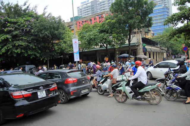 Hình ảnh lộn xộn tại nhà hàng bia Hải Xồm, số 91 Hoàng Quốc Việt, quận Cầu Giấy thường xuyên diễn ra vào giờ trưa và tối.