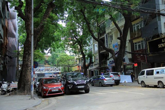 Phố Lê Văn Linh với mỗi lề đường là 2 làn ôtô đỗ, chưa kể, vìa hè cũng đầy ắp xe máy đỗ ngang, dọc.