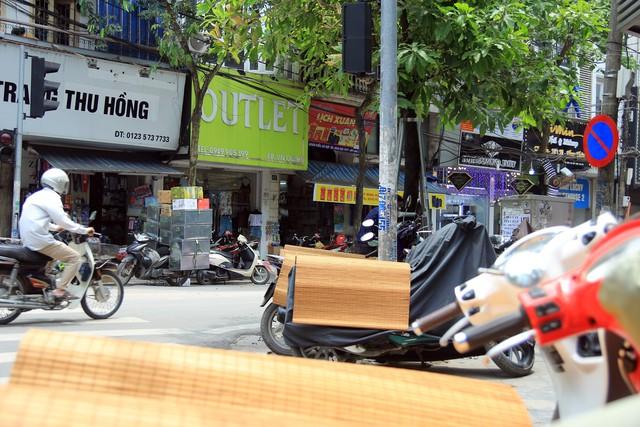 Trên những con phố Cổ, người đi bộ phải hòa mình vào dòng xe cộ đông đúc đang lưu thông giữa đường, bởi lối đi dành cho họ, đã chật kín các bàn, ghế, xe máy.