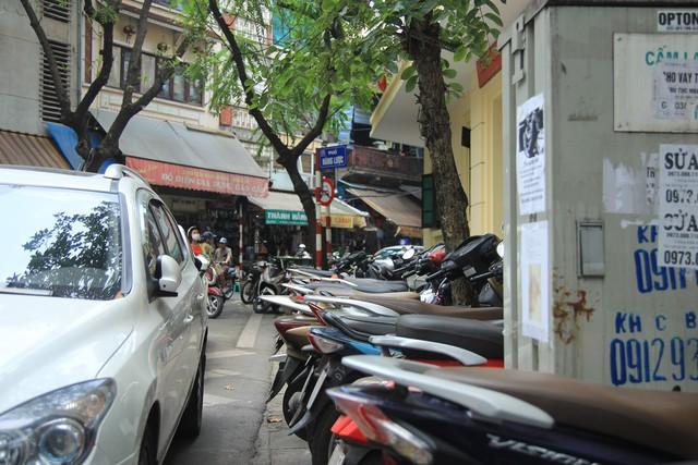 Hình ảnh ghi lại tại trước trụ sở UBND phường Hàng Mã, đoạn phố Hàng Lược giao với phố Hàng Khoai.