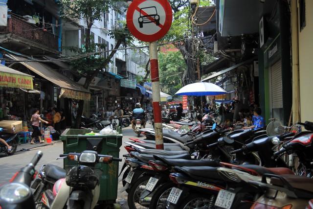 Hình ảnh chật kín lối đi tại hông trụ sở UBND phường Hàng Mã (phố Hàng Khoai - Hàng Lược).
