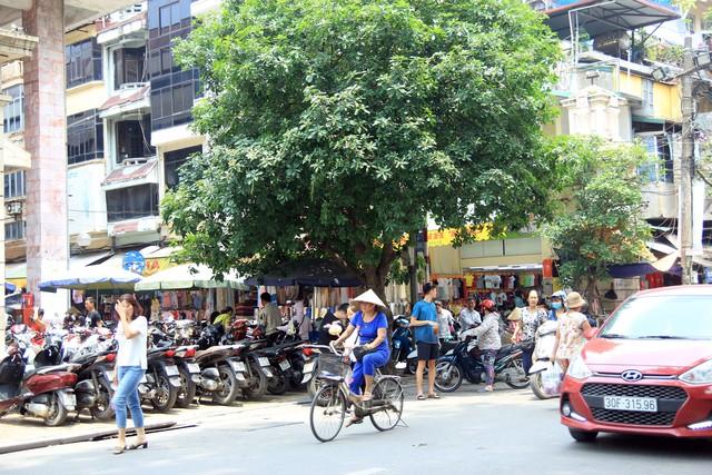 Một bãi xe tại góc chợ Đồng Xuân, đoạn phố Hàng Đào nghi có dấu hiệu lấn chiếm không gian đi bộ để khai thác kinh doanh.