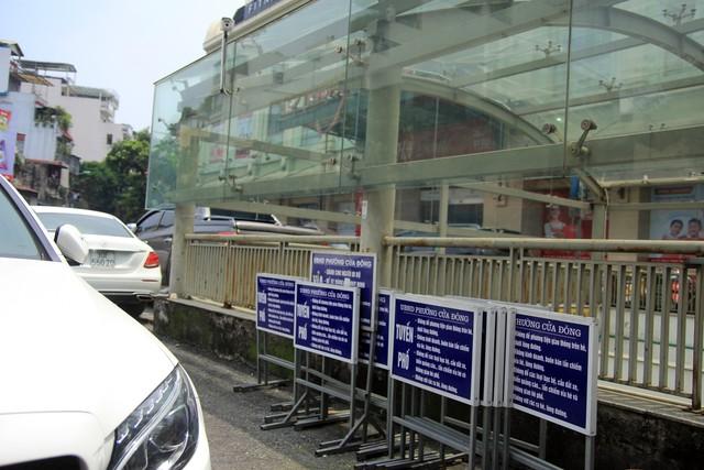 Những biển báo của UBND phường Cửa Đông được xếp ngay ngắn tại khu vực trước cổng chợ Hàng Da.