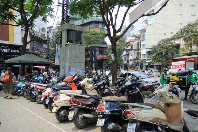 Bên cạnh những biển báo của UBND phường Cửa Đông được xếp ngay ngắn tại khu vực trước cổng chợ Hàng Da là tình trạng chiếm dụng không gian của người đi bộ để khai thác kinh doanh.