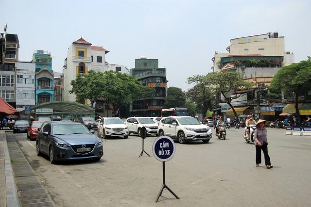 Bên cạnh những biển báo cấm đỗ xe được đặt ngay ngắn với mật độ dày đặc là những chiếc ôtô được đỗ từ sáng đến đêm, mà theo phản ánh của người dân khu vực, lực lượng chức năng cũng chỉ dừng lại ở mức độ nhắc nhở.