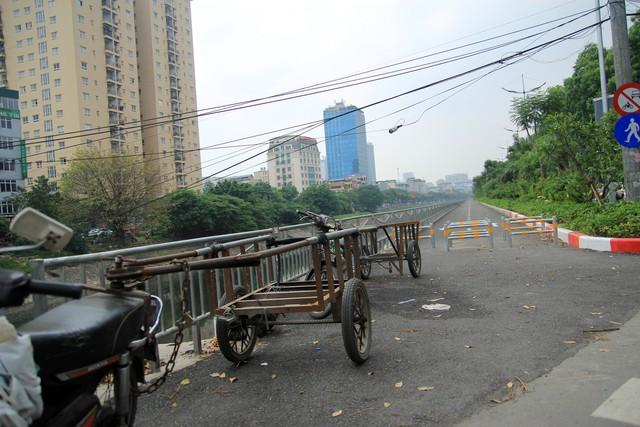 Xe máy được chế thêm xe thùng để vận chuyển hàng hóa chạy trong thành phố, tiềm ẩn nguy hiểm khi tham gia giao thông.