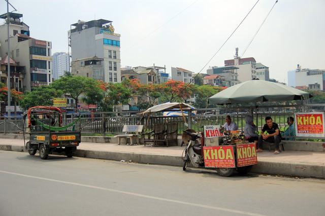 Xe chở hàng được thiết kế nhiều bánh, đỗ trên cầu Mọc (Nhân Chính, Thanh Xuân).
