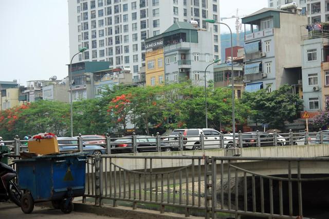 Chiếc cầu mới xây đoạn nối phố Giáp Nhất với đường Láng nghiễm nhiên trở thành bãi đỗ xe, với hai hàng xe được xếp ngay ngắn.