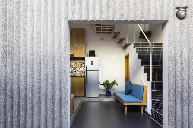 Trần của tầng một được đẩy cao hơn so với các ngôi nhà bình thường, vừa giúp phòng khách thông thoáng hơn, vừa giúp chủ nhà có thể làm thêm một gác xép nếu sau này muốn tăng diện tích sử dụng.