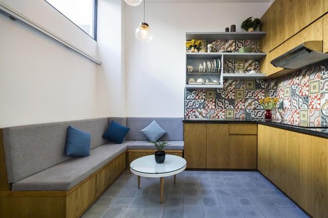 Cùng ở tầng một, bếp và khu vực ăn uống kiêm tiếp khách được nâng sàn cao hơn, để phân tách với khu vực để xe vào buổi tối.