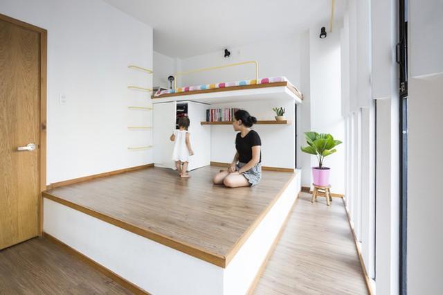 Tầng hai là phòng ngủ của gia đình. Để tránh nắng hướng đông cho phòng ngủ từ 9 đến 11 giờ sáng, bức tường bên ngoài phòng ngủ được làm dày hơn.