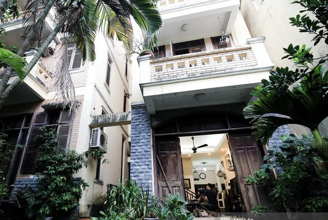 NSND Hoàng Dũng cùng gia đình sống trong một căn nhà bề thế tại ngõ nhỏ nằm trên phố Kim Mã. Căn nhà nằm cùng khuôn viên với hai ngôi nhà khác, có một khoảng sân thông nhau. Ảnh: Kênh 14