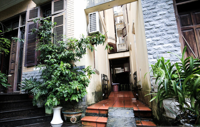 Khoảng sân râm mát đã tạo nên cảm giác rêu phong, cổ kính cho ngôi nhà. Ảnh: Kênh 14