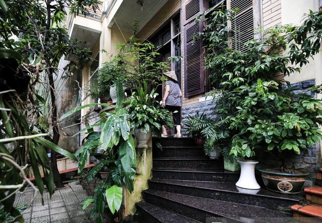 Lối kiến trúc gần như tương tự của 3 ngôi nhà khiến người ta như được bước chân vào những căn nhà đậm chất Hà Nội xưa. Ảnh: Kênh 14