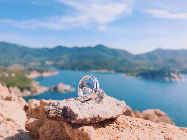 Trước đó, Đàm Thu Trang và Cường Đô La cũng hé lộ cặp nhẫn cưới sang chảnh.