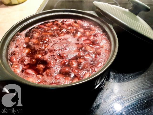 Nếp đổ ra rổ cho ráo, vo qua lại cho sạch. Cắn thử hạt nếp nếu thấy nhạt thì bạn nêm một chút bột canh, xóc đều. Trộn dầu ăn vào nếp, sau đó đổ lạc vào trộn đều.