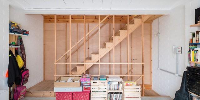 Cầu thang nhỏ có các thanh gỗ mảnh làm nhiều người liên tưởng tới các vách ngăn không gian.