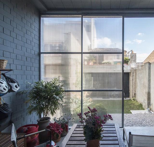 Sử dụng cửa màu đục giúp giữ riêng tư cho chủ nhân mà vẫn điều hòa được không khí trong nhà.