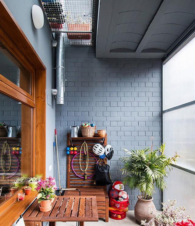 Chất liệu gỗ được sử dụng rất nhiều tại không gian bên ngoài phòng bếp giúp tạo cảm giác ấm cúng và gần gũi hơn.