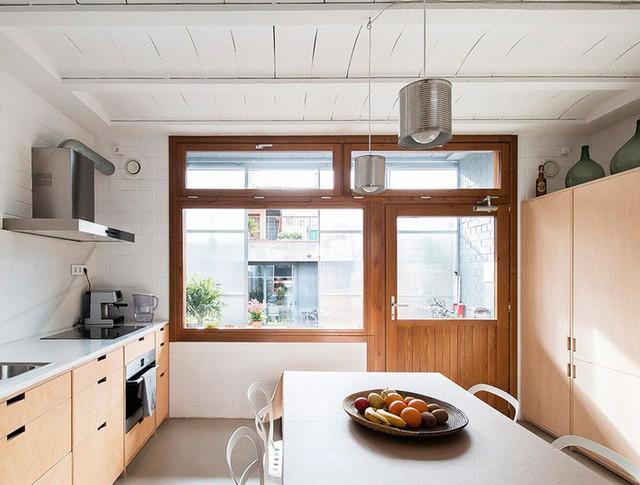 Bên trong chính là bếp với các vật dụng nấu ăn hiện đại, sạch sẽ.