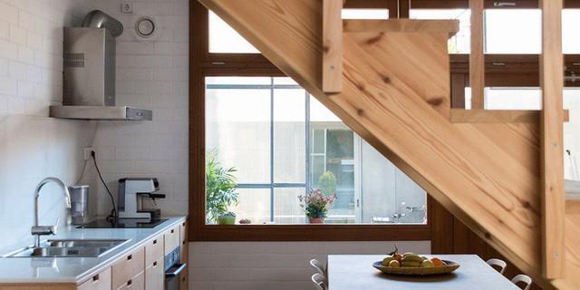 Cầu thang trong nhà được bố trí tỉ mỉ giúp chủ nhân di chuyển dễ dàng qua 6 không gian khác nhau.