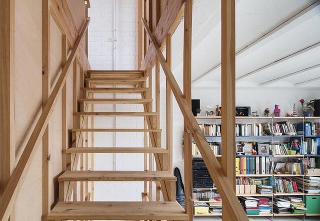 Một tủ sách lớn ở phòng làm việc mang tới cảm giác thân quen.