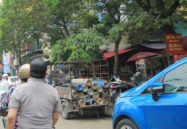 Một chiếc xe ba gác chở gas lưu thông trên đường Hoàng Quốc Việt (quận Cầu Giấy).