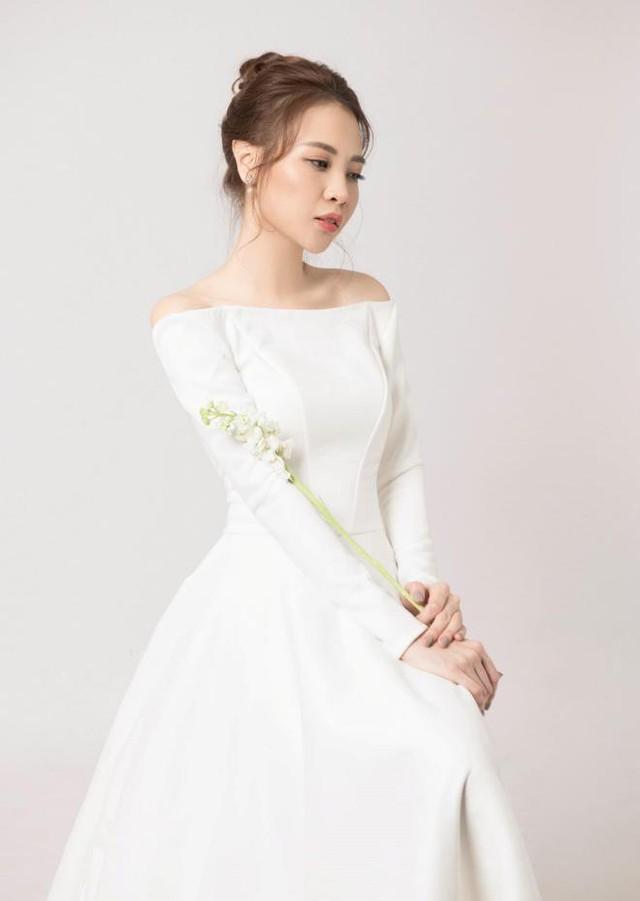 Đàm Thu Trang ghi điểm với chiếc váy cưới trắng thanh lịch, khoe vai trần quyền rũ.