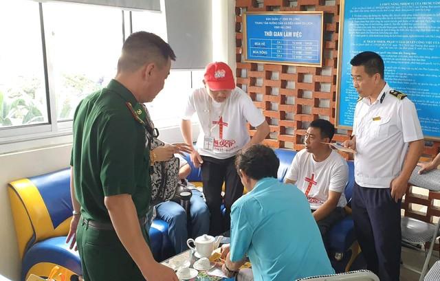 Nhóm du khách Trung Quốc mặc áo trắng (có in hình thánh giá) được cơ quan chức năng triệu tập