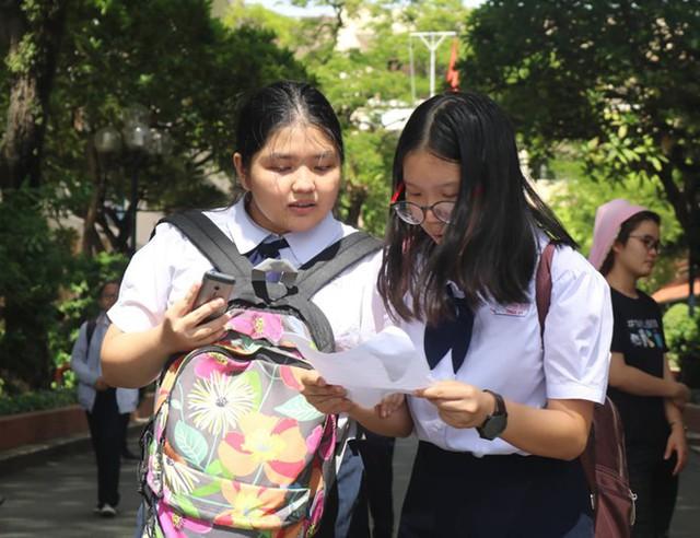 Thí sinh trao đổi với nhau sau khi kết thúc môn thi đầu tiên. Ảnh: BẢO CHÂU